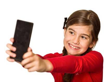 کودکی در حال ثبت سلفی
