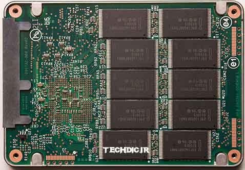 نمای داخلی یک دیسک حالت جامد SSD